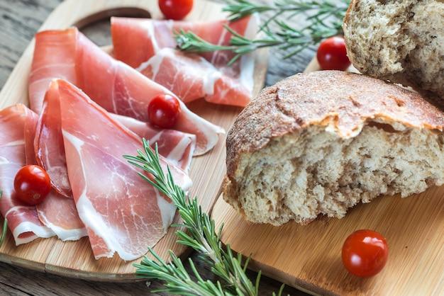 Plakjes ham op het houten bord