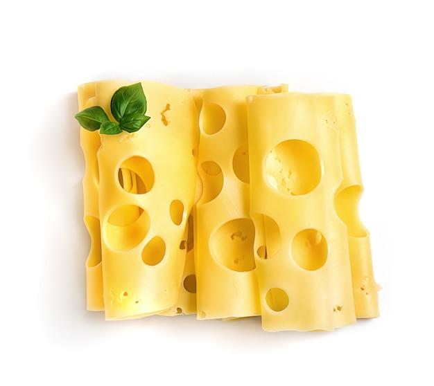 Plakjes harde kaas op wit
