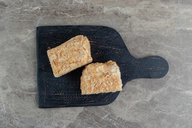 Plakjes honingkoek op een donkere bord