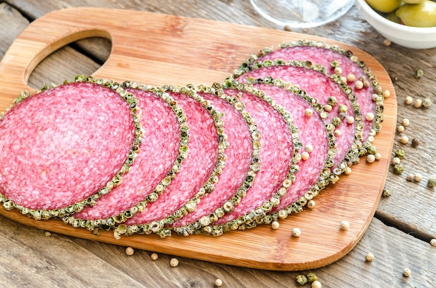 Plakjes italiaanse salami op snijplank