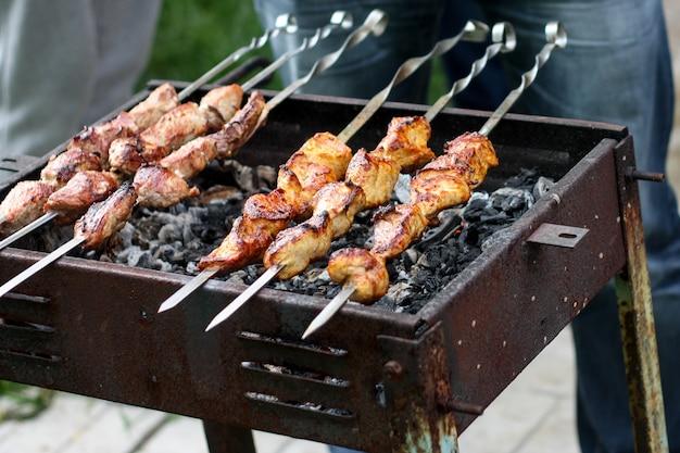 Plakjes kalkoen op spiesjes en gekookt op de grill