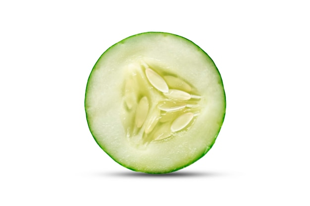 Plakjes komkommer of plakjes geïsoleerd op een witte achtergrond met het uitknippad.