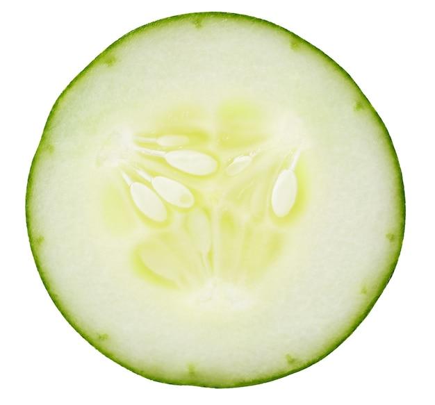 Plakjes komkommer op de witte achtergrond geïsoleerd met uitknippad