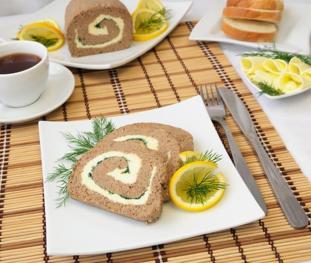 Plakjes leverpastei met boter en koffie als ontbijt