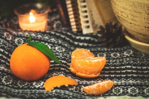 Plakjes mandarijnen of mandarijnen, winterse gezellige stillevensamenstelling of concept, sfeerfoto van citrusvoedsel. hoge kwaliteit foto