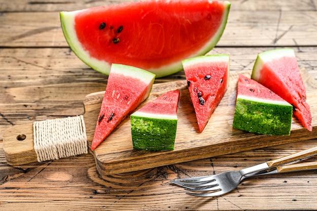 Plakjes rood gestreepte watermeloen.