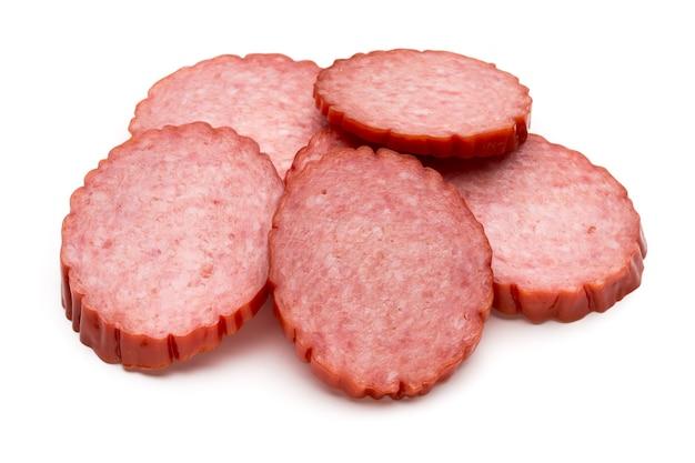 Plakjes salami. geïsoleerd op wit.