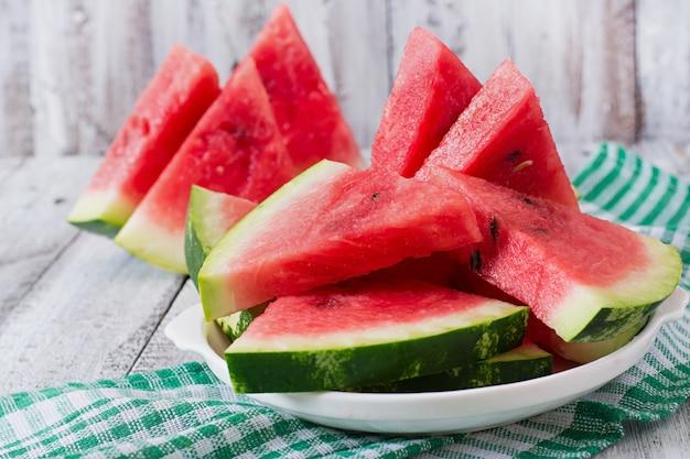 Plakjes sappige en smakelijke watermeloen op een witte plaat