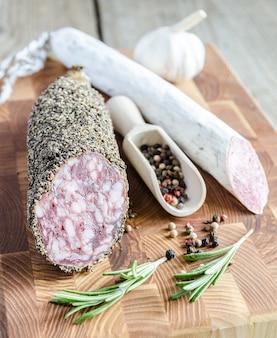 Plakjes saucisson en spaanse salami