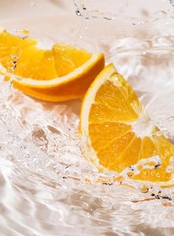 Plakjes sinaasappel in water