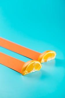 Plakjes sinaasappel met abstracte driftspoor