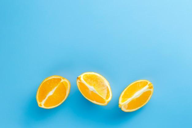 Plakjes sinaasappel met kopie ruimte achtergrond