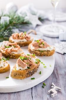 Plakjes stokbrood met verse tonijn