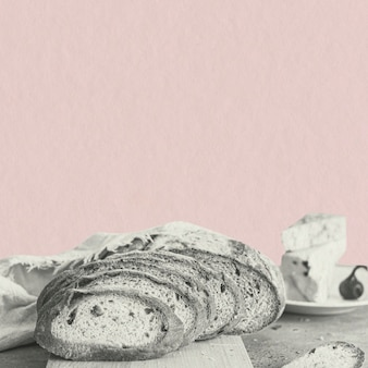 Plakjes tarwebrood op roze achtergrond