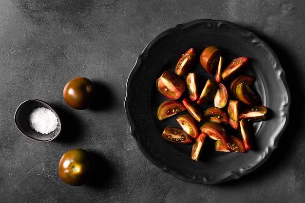 Plakjes tomaten en zout