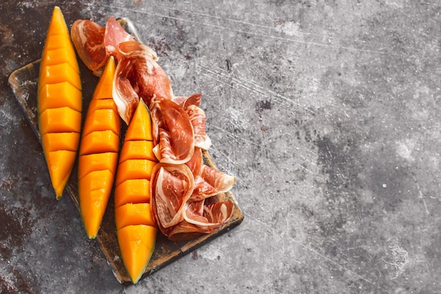 Plakjes traditionele ham en meloen