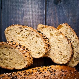 Plakjes vers zelfgemaakt stokbrood