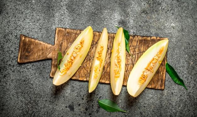 Plakjes verse meloen op het oude bord.