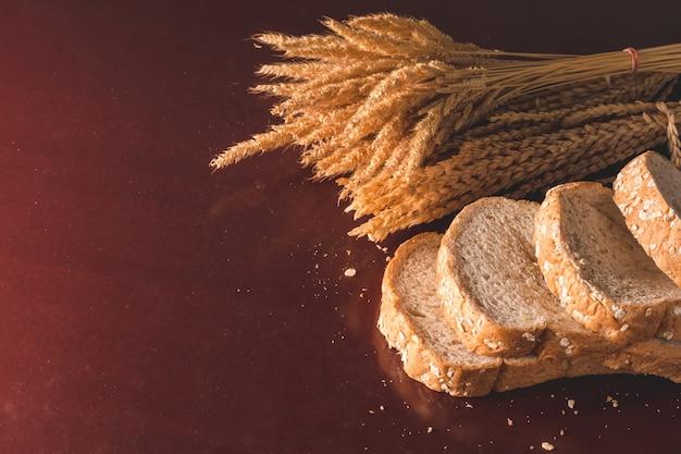 Plakjes volkoren brood op tafel. kopie ruimte