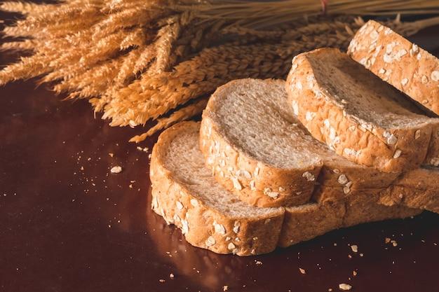 Plakjes volkoren brood op tafel