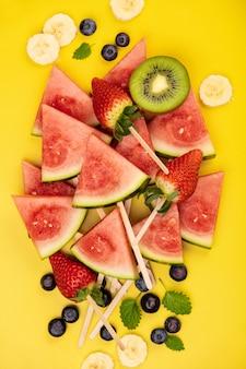 Plakjes watermeloen, fruit en bessen
