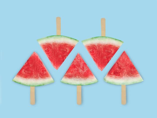Plakjes watermeloen. gehakte watermeloen. zomer concept. plat leggen