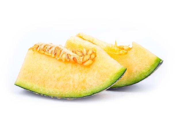 Plakken van meloen die op witte achtergrond worden geïsoleerd