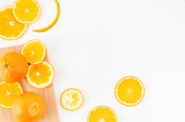 Plakken van sinaasappelen op witte achtergrond