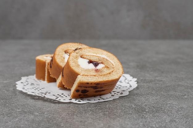 Plakken van zoete broodjescake op wit servet