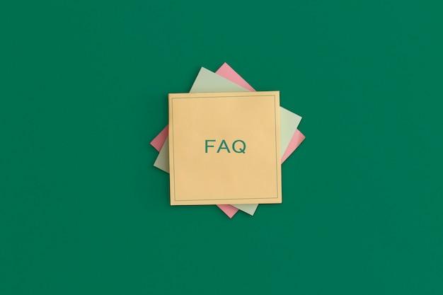Plaknotities met de tekst faq op groene achtergrond. bedrijfsconcept, strategie, planning