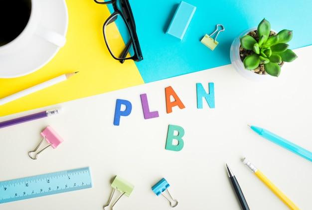 Plan b woord op bureau kantoor met benodigdheden