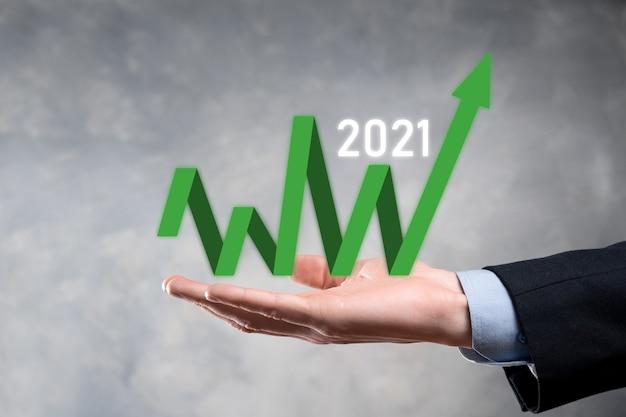 Plan bedrijfsgroei in het concept van het jaar 2021. zakenmanplan en verhoging van positieve indicatoren in zijn bedrijf, bedrijfsconcepten opgroeien.
