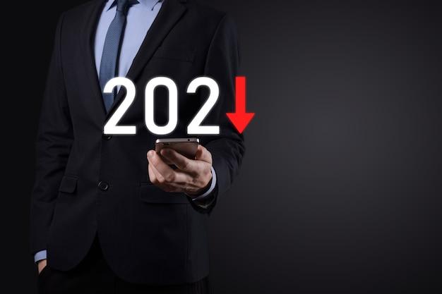Plan de negatieve bedrijfsgroei in het concept van het jaar 2021. zakenmanplan en toename van negatieve indicatoren in zijn bedrijf, daling van bedrijfsconcepten.