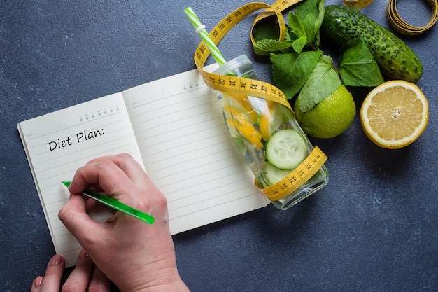 Plan dieetmenu en fitness workoutroutine. gezond detoxwater om af te vallen