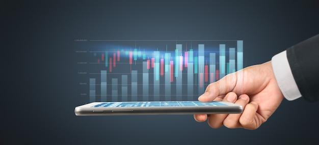 Plan grafiekgroei en toename van positieve grafiekindicatoren in zijn bedrijf, tablet in de hand