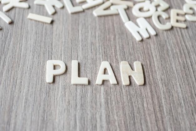 Plan woord van houten alfabetletters. bedrijf en idee concept