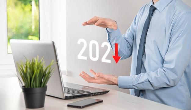 Plan zakelijke negatieve groei in het concept van het jaar 2021. zakenmanplan en toename van negatieve indicatoren in zijn bedrijf, bedrijfsconcepten afnemen.