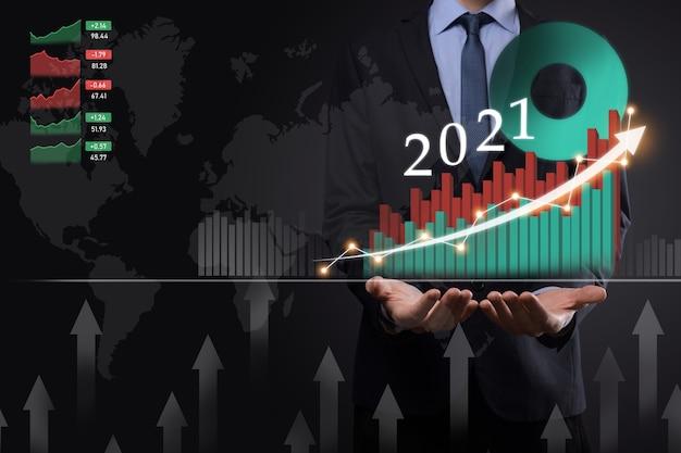 Plan zakelijke positieve groei in het jaar 2021-concept. zakenmanplan en toename van positieve indicatoren in zijn bedrijf, opgroeiende bedrijfsconcepten.