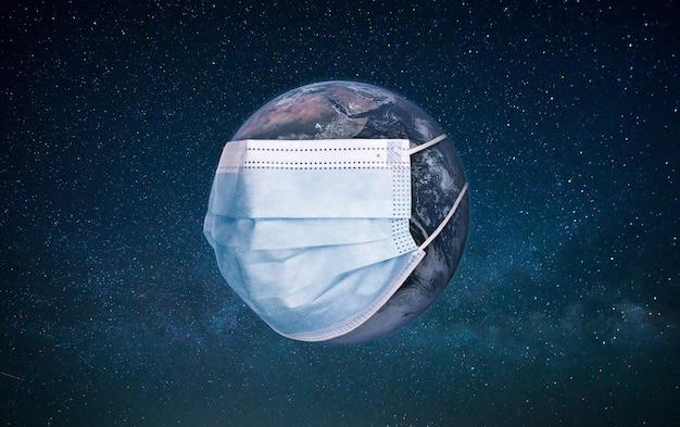 Planeet aarde die een medisch beschermingsmasker draagt.