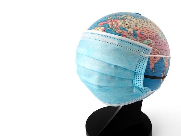 Planeet aarde draagt een beschermend masker voor het coronavirus en geïsoleerde vervuiling