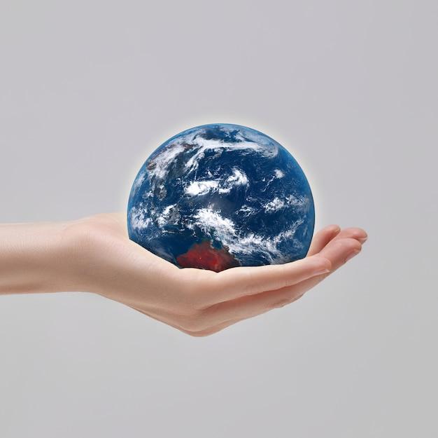 Planeet aarde in de palm van je hand. zorg voor het milieu en ecologie