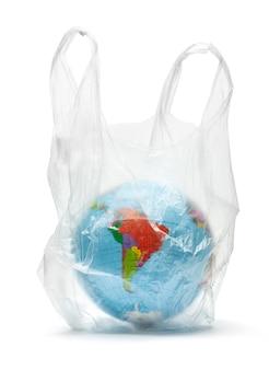 Planeet aarde in een plastic zak. de vervuiling van onze planeet. globe in het pakket. geïsoleerd op een witte achtergrond.