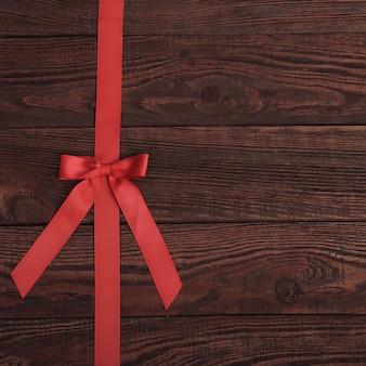Plank houtstructuur achtergrond met rood lint