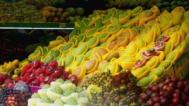 Plank met fruit op een boerderijmarkt - china
