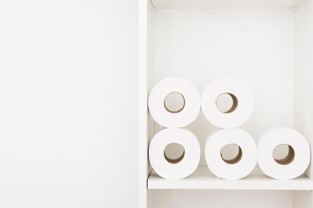 Plank met wc-papierrollen