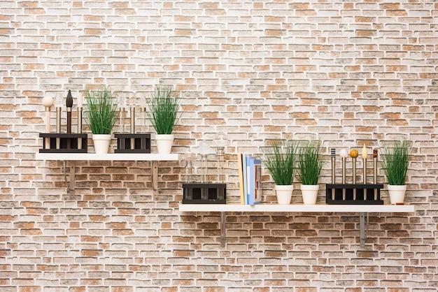 Planken aan de muur met boeken met bloemen en patronen van landschappen