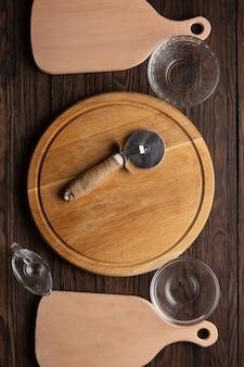 Planken en gebruiksvoorwerpen voor het maken van pizza.