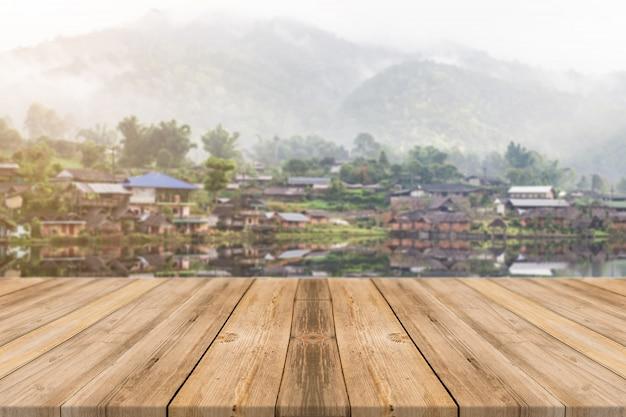 Planken met dorp achtergrond
