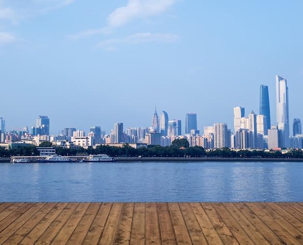 Planken met rivier en de stad in de verte