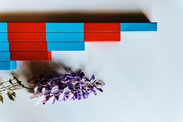 Planken met rode en blauwe houten montessori om het kind te faciliteren met visuele helderheid, rekenbewerkingen.